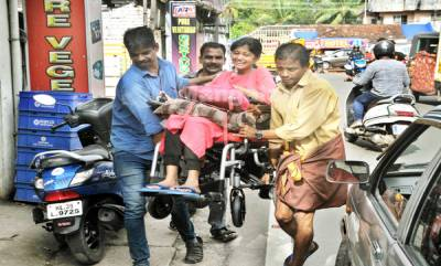hanan-arrived-in-wheelchar-at-tammanam-after-the-accident-photo-by-pr-rajesh