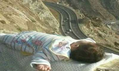 latest-news-parents-putting-their-baby-on-the-edge-of-a-cliff-for-photograph