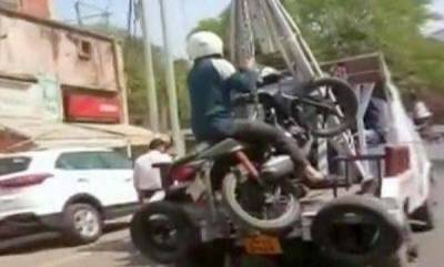 india-biker-towed-along-with-his-bike-after-he-disobeys-traffic-rule