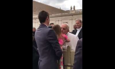 surprise-sneaky-girl-meets-pope-tries-to-steal-his-hat-video-is-viral