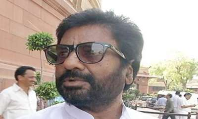 latest-news-shiv-sena-mp-ravindra-gaikwad-clashes-with-cops-over-cashless-atms