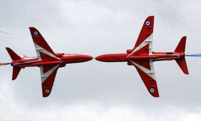 odd-news-air-kiss-incredible-moment-two-raf-red-arrows-miss-each-other