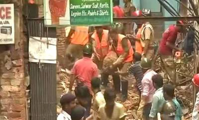 india-old-building-collapses-in-kolkata-people-feared-trapped