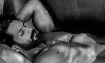 latest-news-shahid-kapoor-sets-twitter-on-fire-with-shirtless-photo