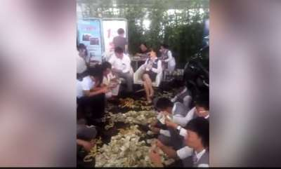 odd-news-woman-buys-car-with-four-sacks-full-of-cash-worth-130000-yuan