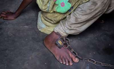 odd-news-heartbreaking-bangladeshi-man-chains-his-10-yr-old-girl-to-save-her-from-drugs-prostitution