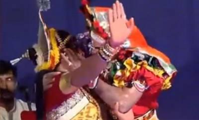 india-kissing-in-yakshagana-show-creates-controversy