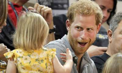 odd-news-prince-harry-catches-young-girl-stealing-his-popcorn-at-invictus-games