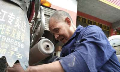 odd-news-blind-man-teaches-himself-how-to-repair-motorbikes