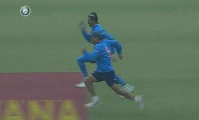 sports-news-watch-ms-dhoni-outrun-hardik-pandya-in-100m-sprint-in-mohali