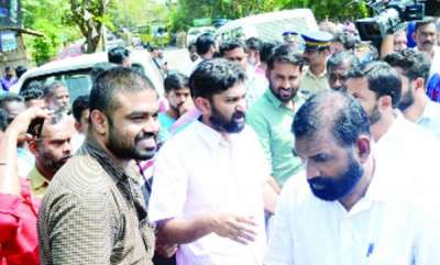 kerala-assault-on-vt-balram-peaceful-hartal-in-thritala