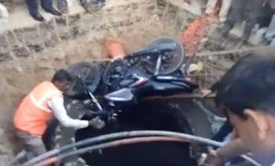 latest-news-biker-falls-into-large-pit-infront-of-telangana-secretariat
