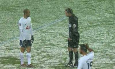 sports-twitter-reacts-to-referee-using-white-spray-on-snow-covered-pitch