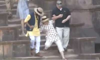 latest-news-hillary-clinton-slips-down-stairs-in-india