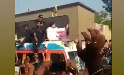 latest-news-garland-thrown-at-rahul-gandhi-lands-perfectly-around-his-neck-video-goes-viral