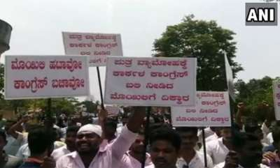 latest-news-followers-of-leaders-who-denied-seat-in-karnataka-stages-protest