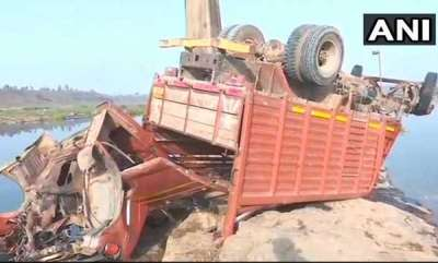 latest-news-21-dead-after-mini-truck-falls-off-bridge