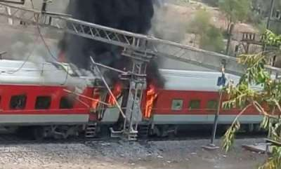 latest-news-four-coaches-of-vizag-delhi-superfast-express-catch-fire