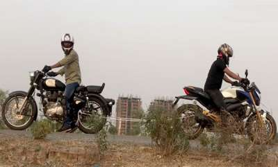 auto-bajaj-dominar-and-royal-enfield-bullet-tug-of-war