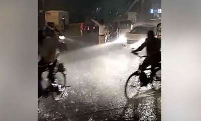 rosy-news-social-media-salutes-mumbai-cop-who-stood-in-the-rain-to-manage-traffic