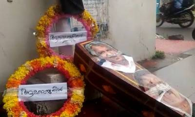 kerala-coffins-and-wreath-for-oommen-chandy-and-chennithala-appears-before-dcc-office