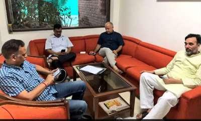 latest-news-arvind-kejriwal-stays-put-at-lt-governors-in-protest