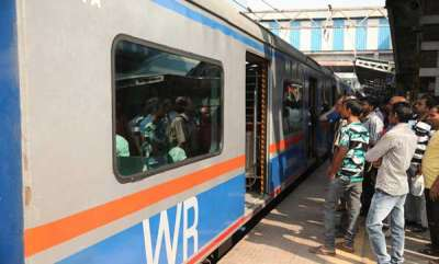 latest-news-acstops-working-in-mumbai-local-train-angry-commuters-pull-chain