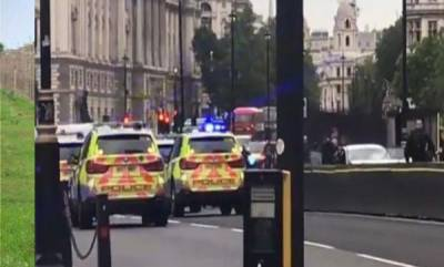 world-car-crashes-into-barriers-near-uk-parliament-pedestrians-injured