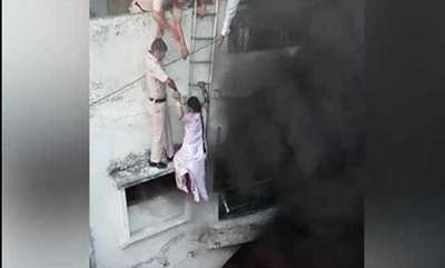 latest-news-delhi-cops-form-human-chain-rescue-of-couple-from-fire