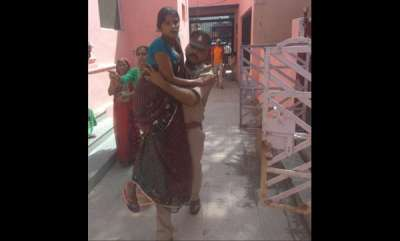 latest-news-police-officer-carried-pregnant-women-to-hospital