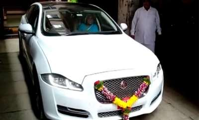 auto-farmer-brought-134-crore-jaguar-and-distributed-gold-sweets-for-celebration