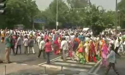latest-news-delhi-mcd-workers-protest-outside-cm-kejriwals-house
