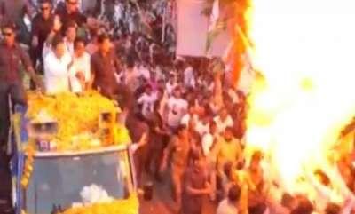 latest-news-balloons-explode-during-rahul-gandhis-road-show-in-jabalpur