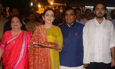 latest-news-ambanis-visit-siddhivinayak-temple-to-offer-isha-ambani-anand-piramals-wedding-card