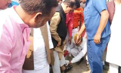 latest-news-uttar-pradesh-ministers-staff-cleans-his-sandals-at-event-video-goes-viral
