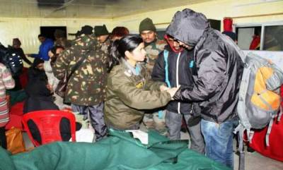 india-army-rescues-over-2500-stranded-tourists-in-sikkim