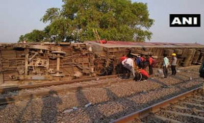 india-howrah-new-delhi-poorva-express-derails-near-kanpur