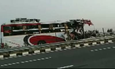 latest-news-7-dead-30-injured-as-bus-collides-with-truck-on-agra-lucknow-expressway