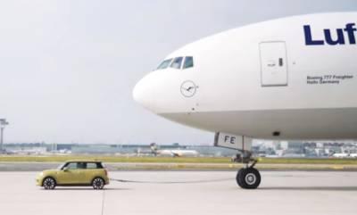 auto-electric-mini-tows-a-boeing-777-airplane