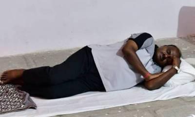 india-not-enjoying-5-star-treatment-ready-to-sleep-on-road-hd-kumaraswamy