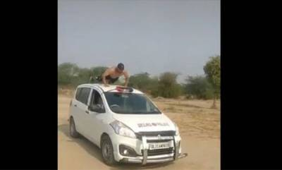 latest-news-video-of-youth-doing-exercise-on-delhi-police-vehicle-goes-viral