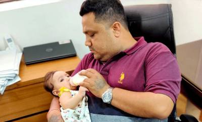 rosy-news-father-take-care-of-baby-daughter-on-working-time