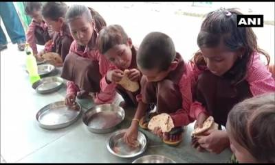 latest-news-students-at-a-primary-school-in-hinauta-seen-eating-roti-with-salt