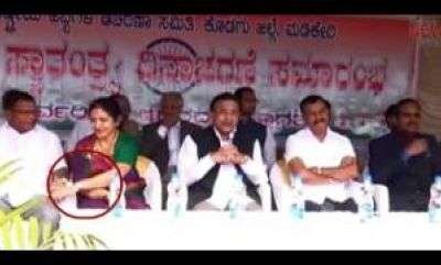latest-news-congress-leader-tp-ramesh-touch-mlc-veena-on-public-stage