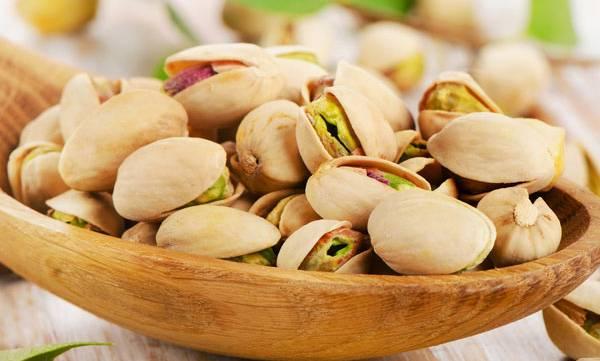 eating pistachios men