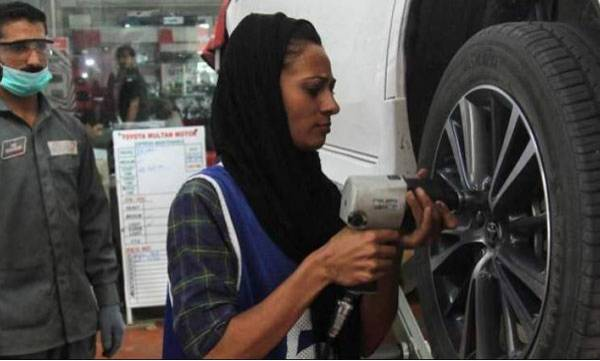 personality-usma-became-first-women-mechanic-in-pakistan